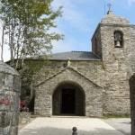 Po prićevanju so v tej cerkvi shranjene relikvije čudeža, in sicer vino, ki se je spremenilo v kri in kruh v meso. O Cebreiro - zunanjost.