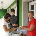 Včasih ima tudi pomočnike, obvezno izven kuhinje.