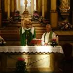 V soboto zvečer, 5. septembra 2015, smo se slovenski romarji (19 po številu) v cerkvi v AzrUI udeleželi romarske svete maše, kjer nas je pozdravil domači župnik, maševal je argentinski pater (na sliki), somaševal pa na g. Jože Planinšek. Romarji smo prejeli posebni romarski blagoslov, približali smo se čisto k oltarju.