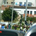 Z Davidom, ko iščeva kruh oz. odprto trgovino (to ni Slovenija), naletiva na procesijo z Marijinim kipom, glavna cesta je zaprta.